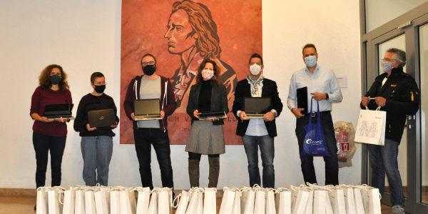 Miles & More überreicht der Schillerschule 30 Laptops